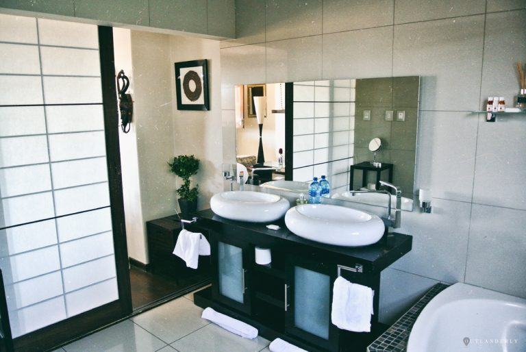 The bathroom of the luxury chalet at Inverdoorn reserve