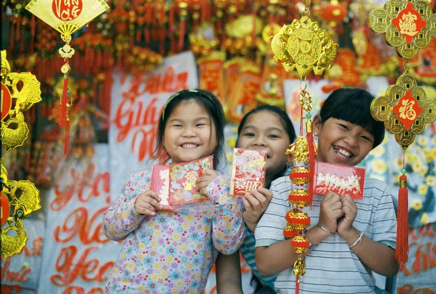 children receive envelopes for Vietnamese New Year
